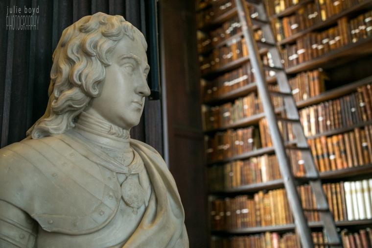 Trinity-College-Dublin-Library-Statue.jpg